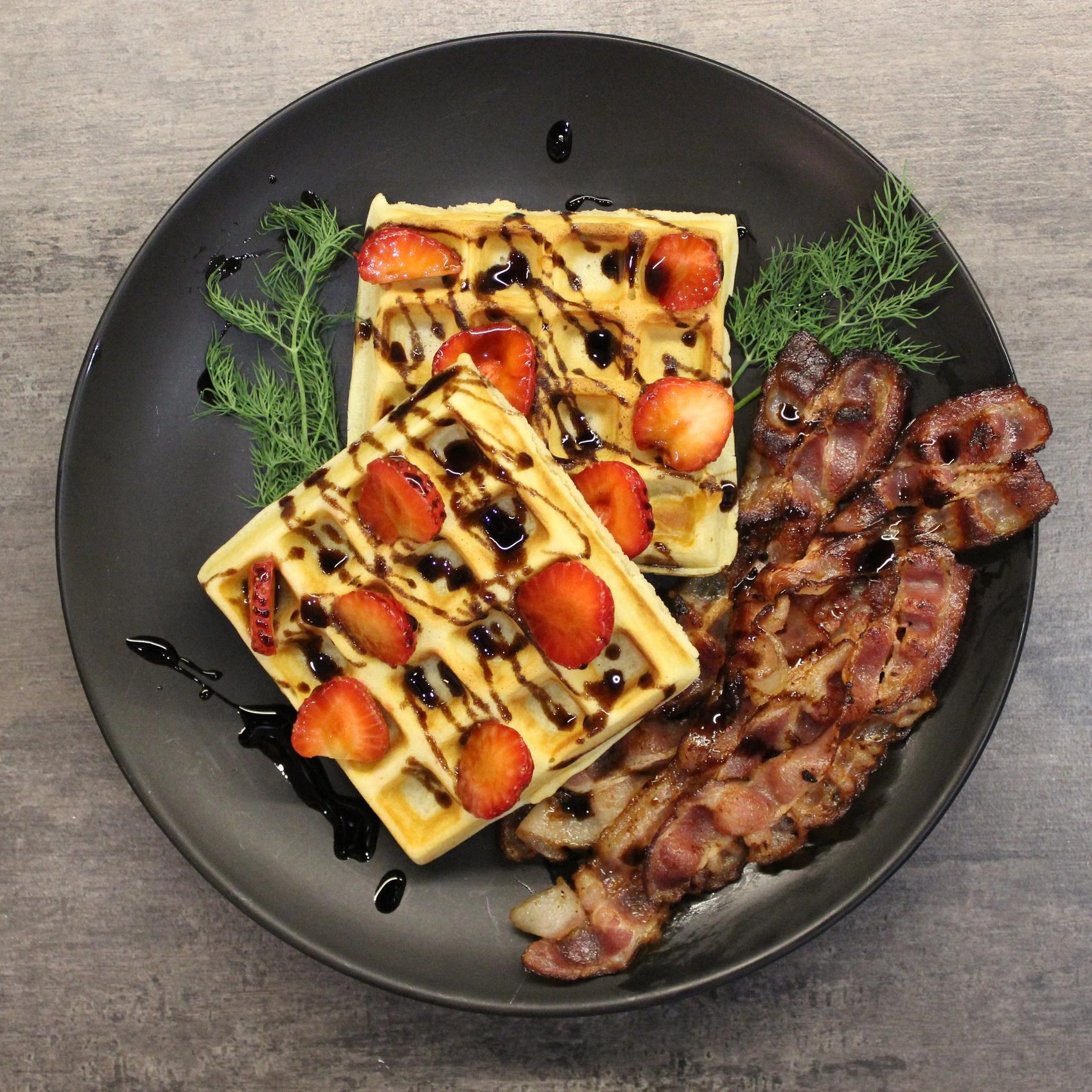 Бельгийские вафли, клубника, бекон, бальзамический соус и веточка тимьяна - это удивительное сочетание вкусов и новый кулинарный шедевр!