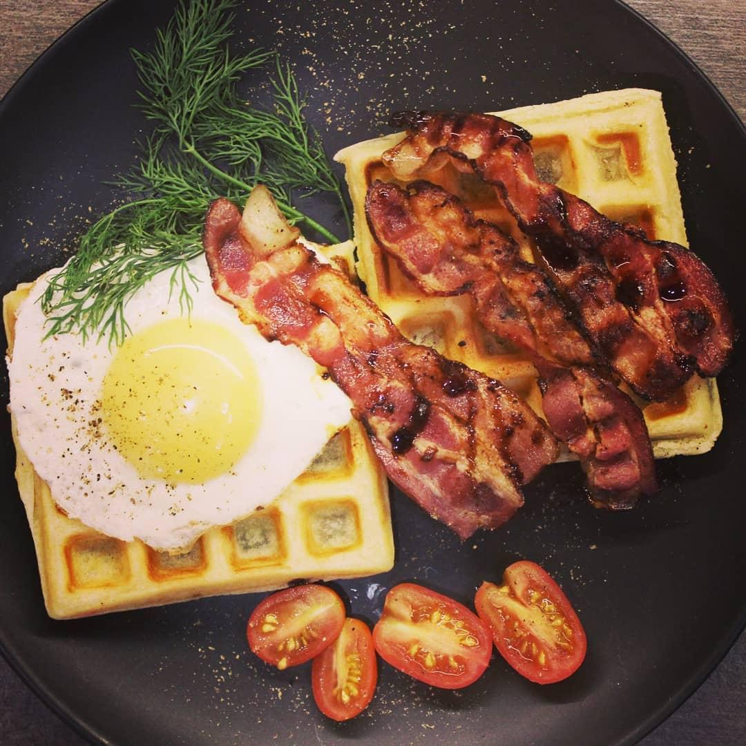 Как превратить завтрак в кулинарный шедевр? Подать его на бельгийской вафле!