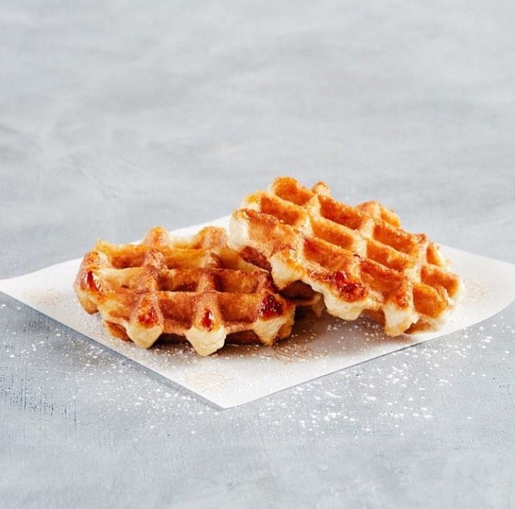 Льежская вафля хороша сама по себе без топинга, т.к. содержит карамелизированный бельгийский жемчужный сахар