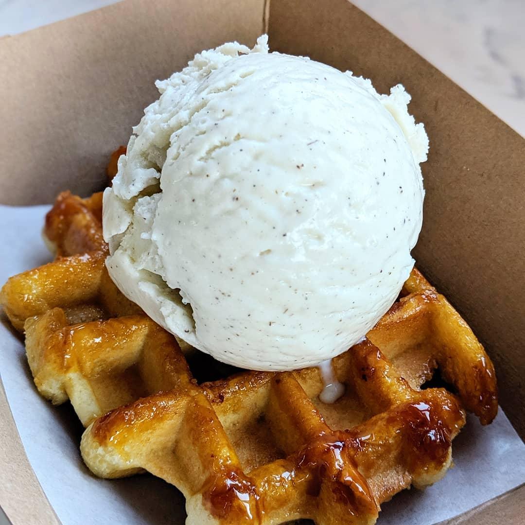 Сочетание горячей льежской вафли и шарика холодного мороженого - это идеальный баланс вкусов!